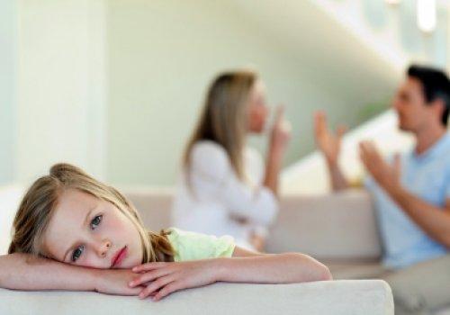 A omissão voluntária e injustificada do pai quanto ao amparo material do filho gera danos morais, passíveis de compensação pecuniária